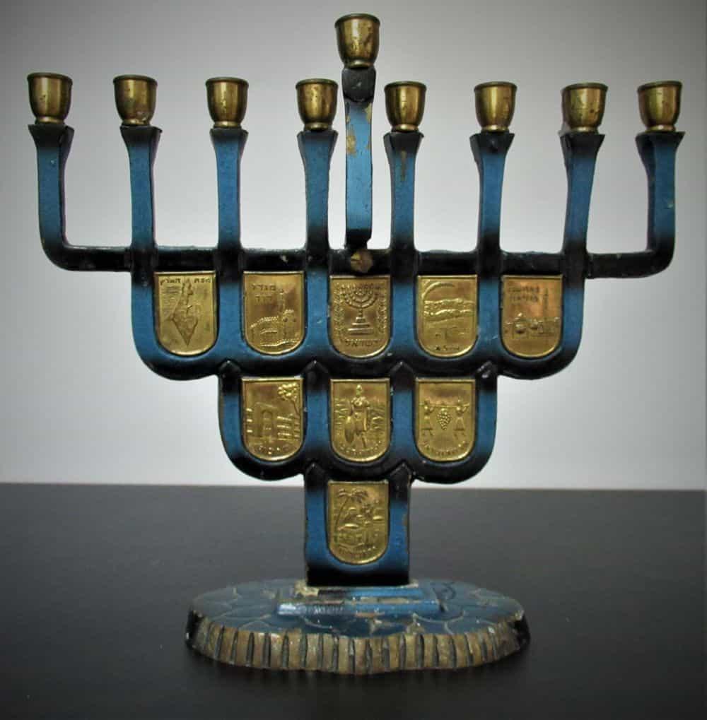"""חנוכית נחושת משנות ה-50/60, פלקים מוזהבים של אתרי קודש בארץ, מצב שמור וטוב.(MADE IN ISRAEL ממוספרת 511) 17 ס""""מ ..."""