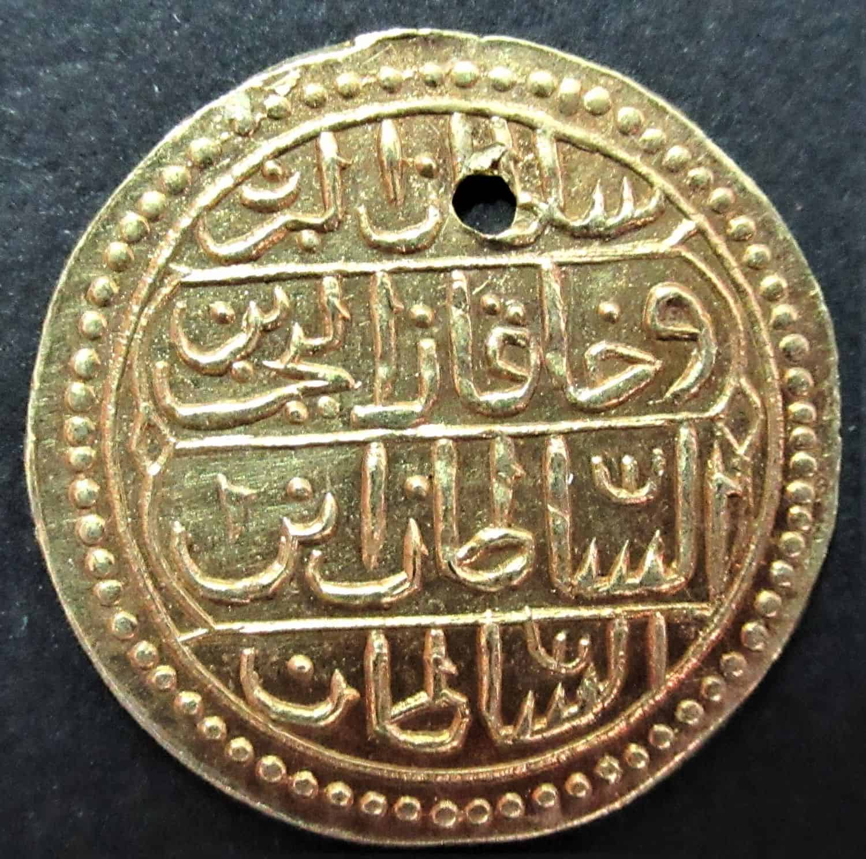 """מטבע זהב עות'מאני מתוניסיה.עידן אחמד השלישי, 1715, זהב 18k, (חור תליון). מידות: 17 מ""""מ, 1.26גרם."""
