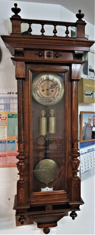 """שעון קיר וינאי שנת 1880, מקורי במצב עבודה לאחר שיפוץ בידי שען מומחה! מידות: גובה 130 ס""""מ , רוחב 39 ס""""מ, עומק 23 ס""""מ."""