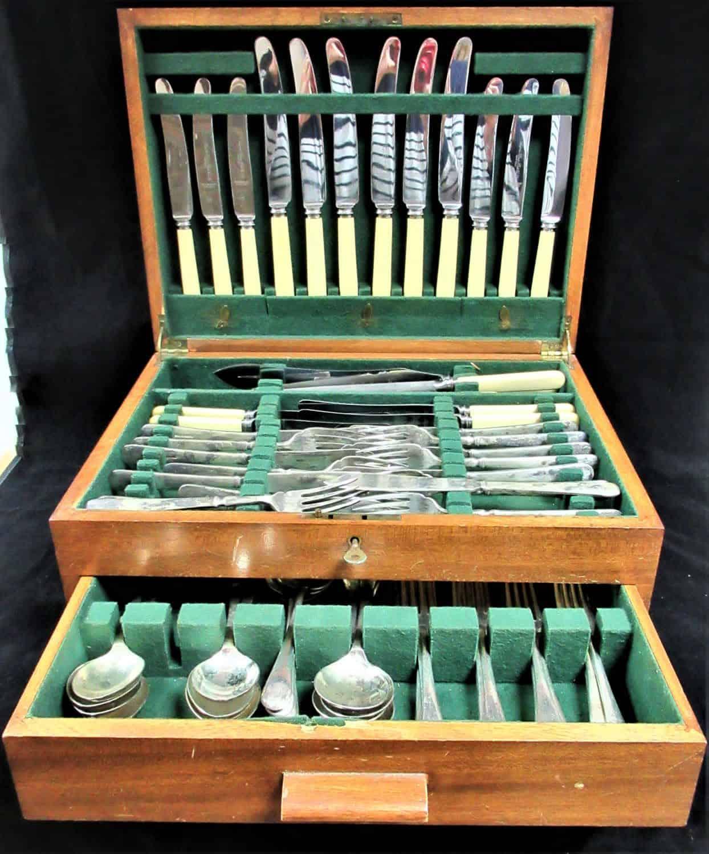 סט אוכל שלם 70 חלקים מצופה כסף, נתון בתוך תיבת עץ עתיקה. חברה מפורסמת מאנגליה SHEFFIELD FISH KNIFE ANGORA SILVER ...