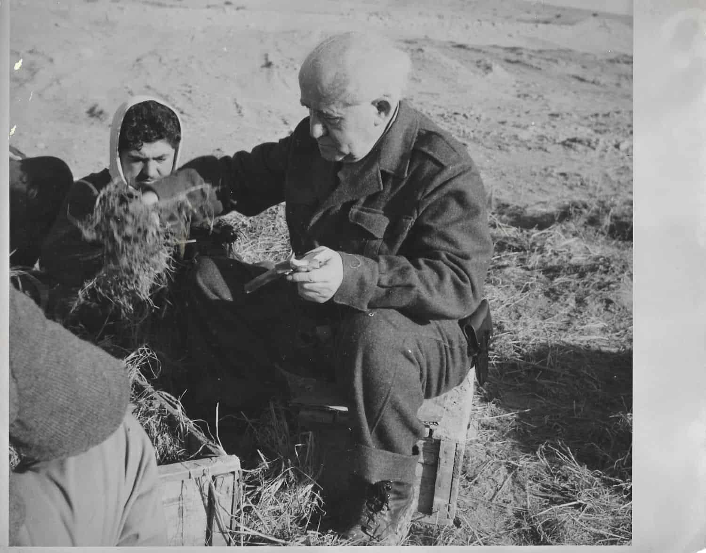 זוג תצלומים גדולים ומאפיינים את ראש הממשלה דוד בן גוריון במדי חאקי עובד בפלחה, ובתצלום השני פולה בן גוריון מטפלת בגינתם בשדה בוקר.