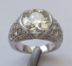"""טבעת זהב לבן 18 K ; משובצת יהלומים בערך 5.10 קראט!!! הטבעת בעלת תעודת גמולוגית ע""""י IGI - (INTERNATIONAL GEMOLOGICAL ..."""